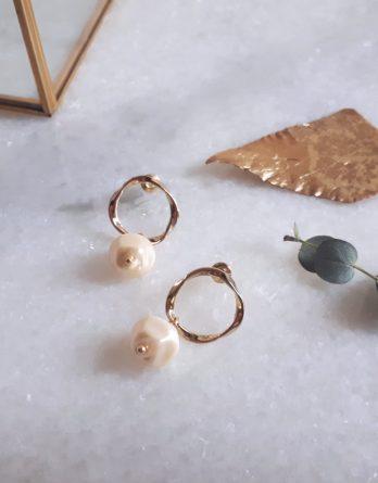 Anora - Boucles d'oreilles asymétriques dorées avec perles baroques en cristal swarovski