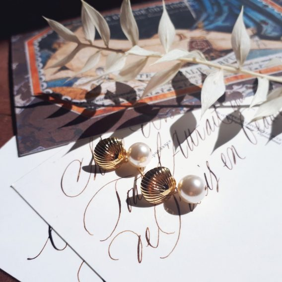 Coquillage - Boucles d'oreilles puces en argent 925 plaqué Or avec perles swarovski