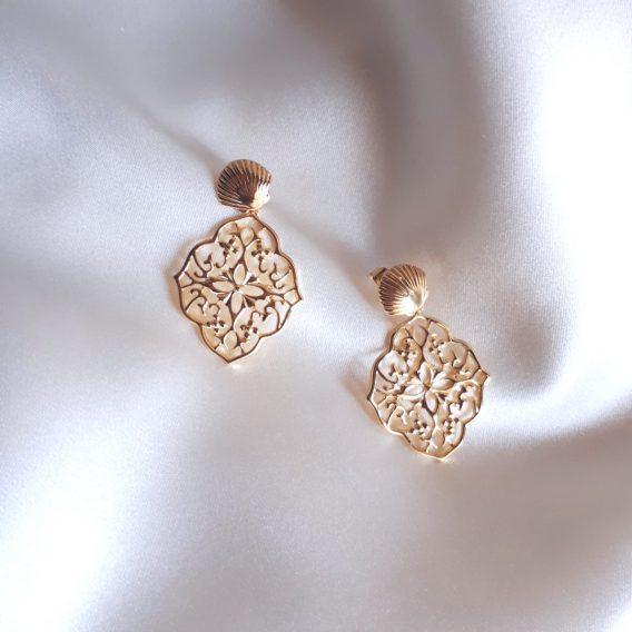 Lola - Boucles d'oreilles coquillage clous avec pendantes arabesques fleurs ajourées