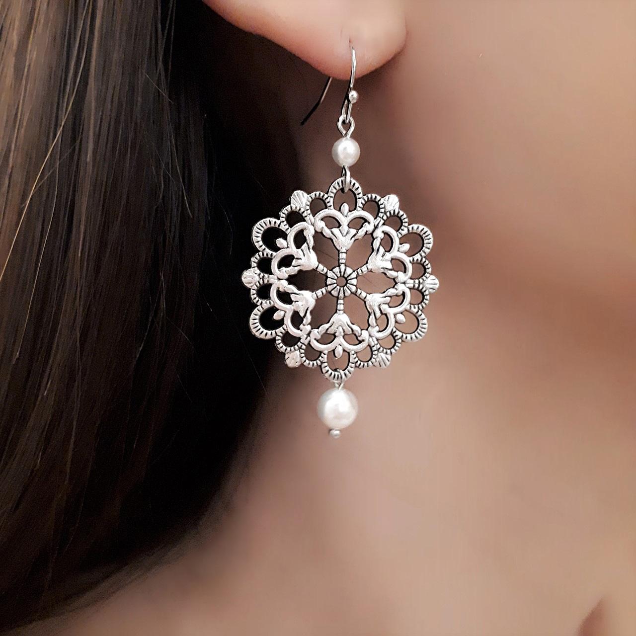Emma - Boucles d'oreilles pendantes rondes ajourées avec perles Swarovski