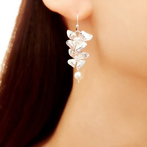 Mai - Boucles d'oreilles mariage fleurs délicates avec perles Swarovski