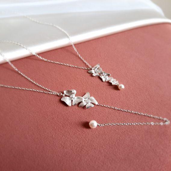 Maya - Collier de dos mariage avec fleurs délicates et perles Swarovski