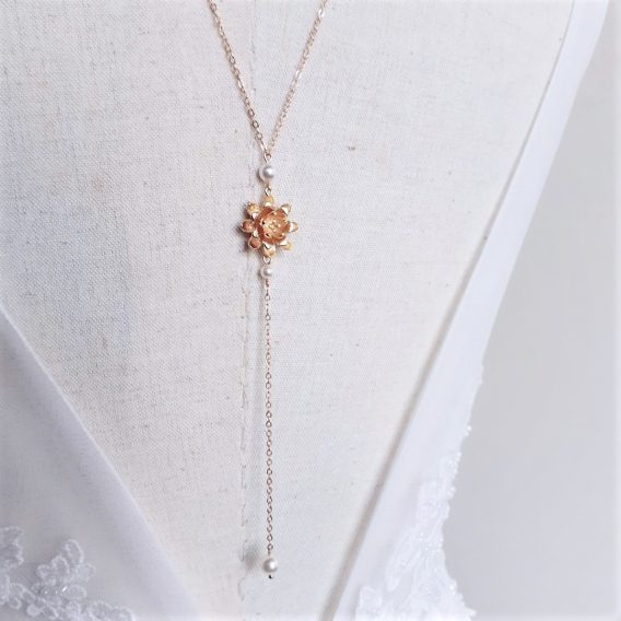 Ophélie A - Collier de dos mariage pendentif fleur avec perles swarovski